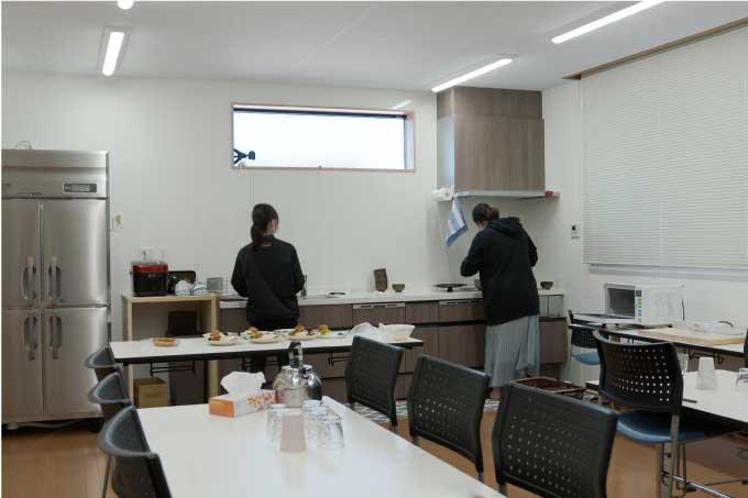 台所のような社員食堂